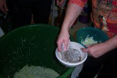 Zwiebeln, Salz und Kümmel dazu