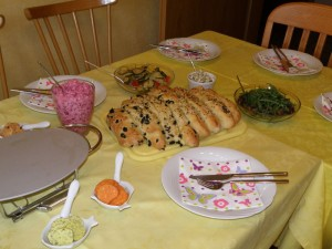 Rote Bete in Joghurt, Olivenbrot, Antipasti, Auberginen-Rucola-Salat
