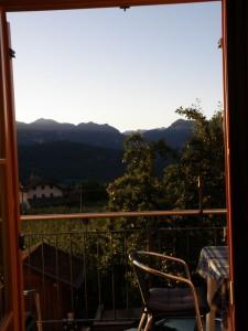 Sommerlicher Blick aus dem Küchenfenster
