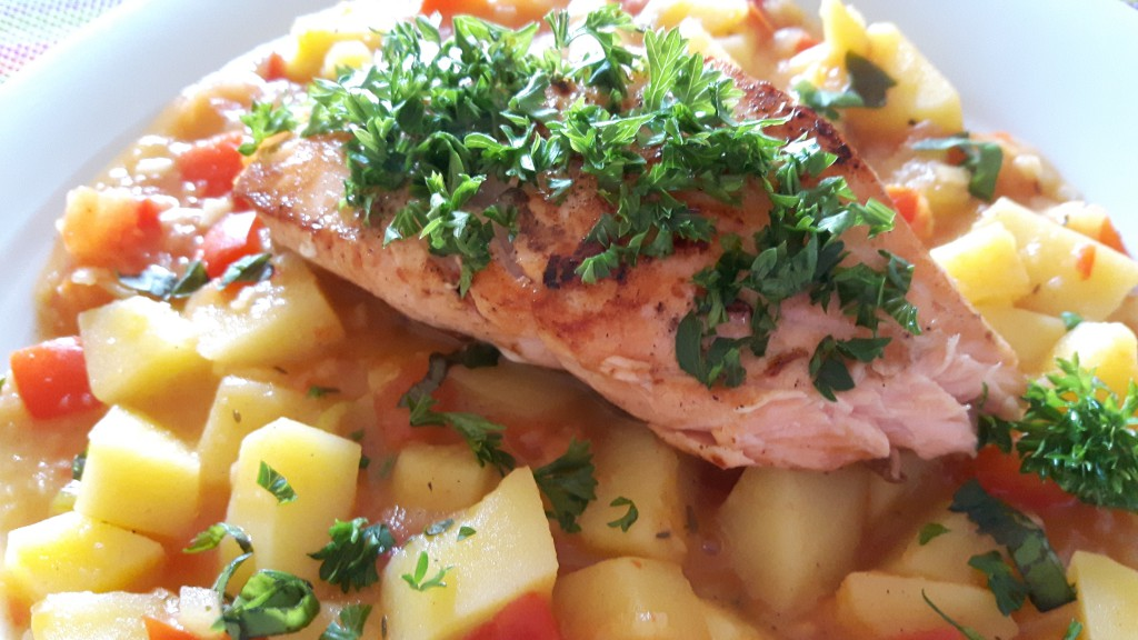 Lachsfilet mit Kräuterkruste auf Kartoffelgulasch